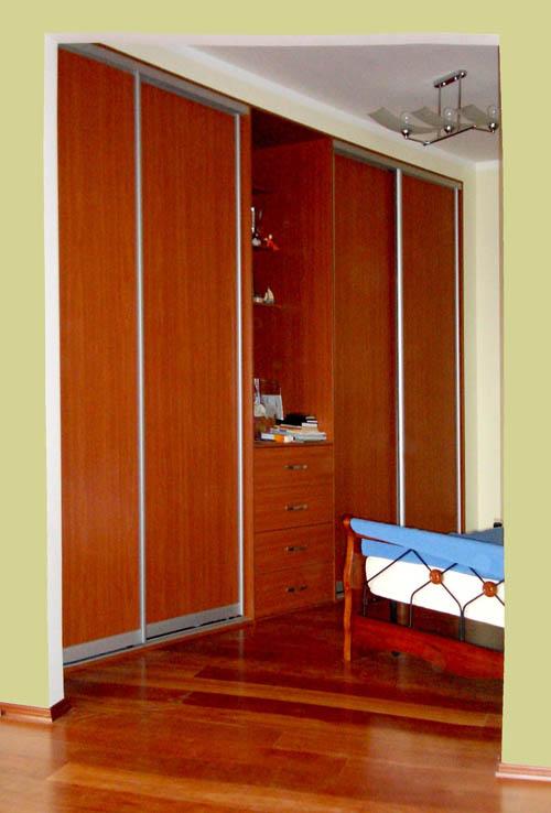 Спальня. шкаф-купе четырёхдверный с открытой секцией в центр.