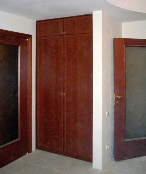 Шкаф распашной, встроенный с антресолью встроенные и корпусн.