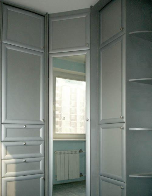 Угловой распашной шкаф с открытым элементом.